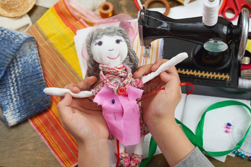Chłopiec krawczyna uczy się szyć, ubierać dla, lali, handmade i rękodzieła pojęcia, obraz royalty free