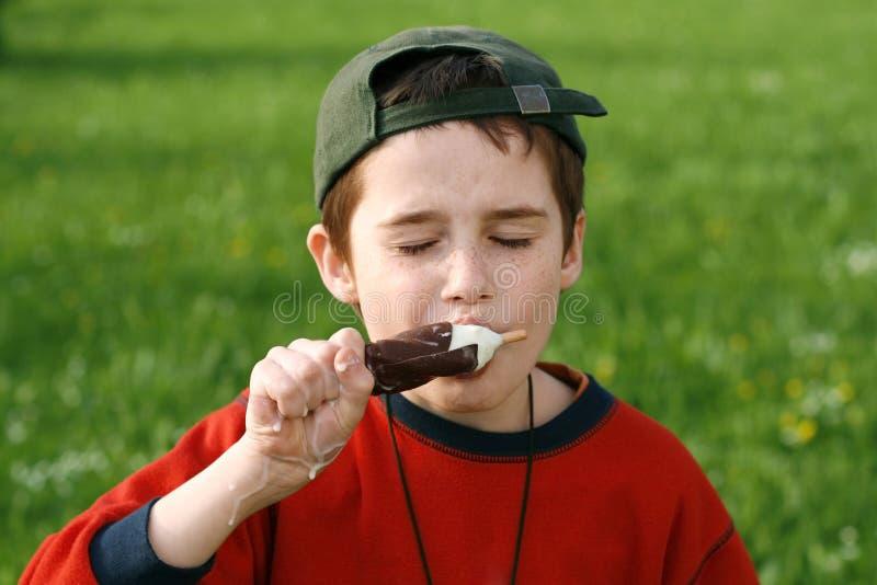 chłopiec kremowy łasowania lód obrazy stock