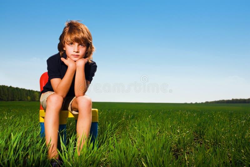 chłopiec krzesła pole obrazy royalty free