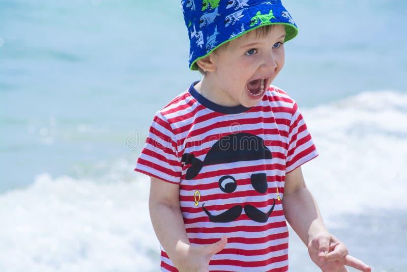 Chłopiec krzyczy z szczęściem na plaży z niebieskimi oczami, Hamming, zdjęcia stock
