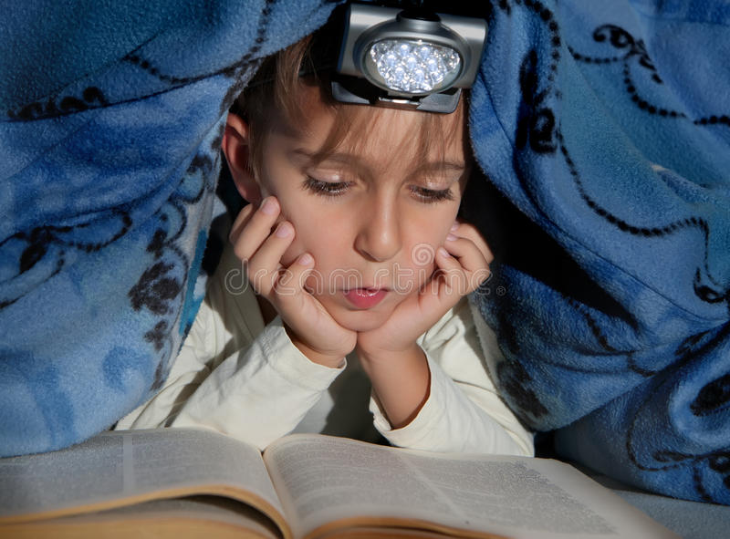 chłopiec książkowy czytanie obrazy royalty free