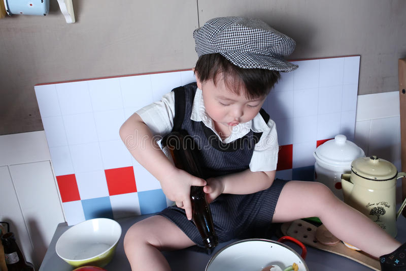 chłopiec kucharstwo zdjęcie stock