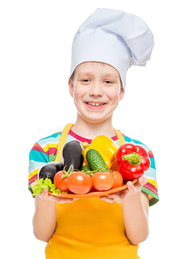 ch?opiec kucharz w nakr?tce z talerzem sk?adniki - zdrowi warzywa na bielu obrazy stock