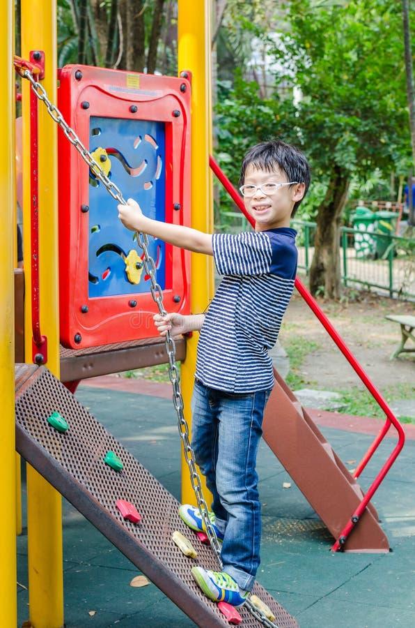 Chłopiec kursowanie w boisku obraz stock