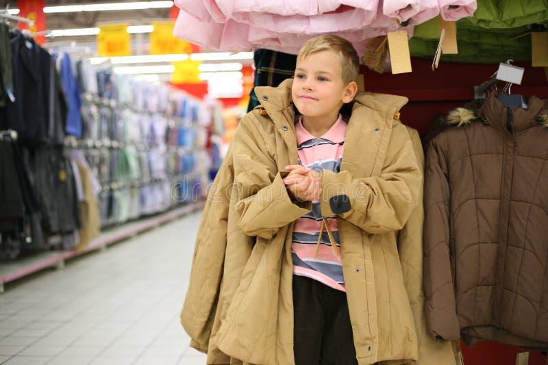chłopiec kurtki sklepu próby fotografia stock
