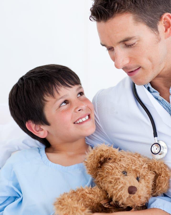 Download Chłopiec Lekarka Jego Mały Ja Target39_0_ Portreta Zdjęcie Stock - Obraz złożonej z śliczny, szpital: 13342220