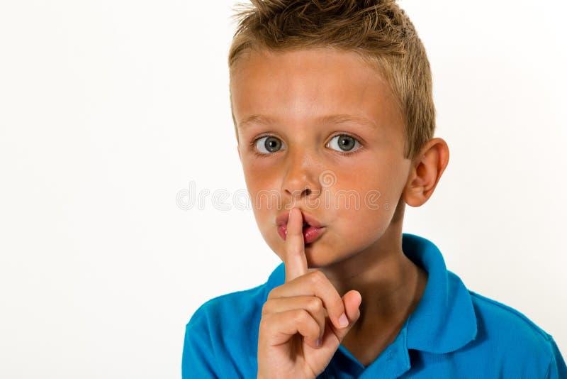 Chłopiec mówić schyyy fotografia stock