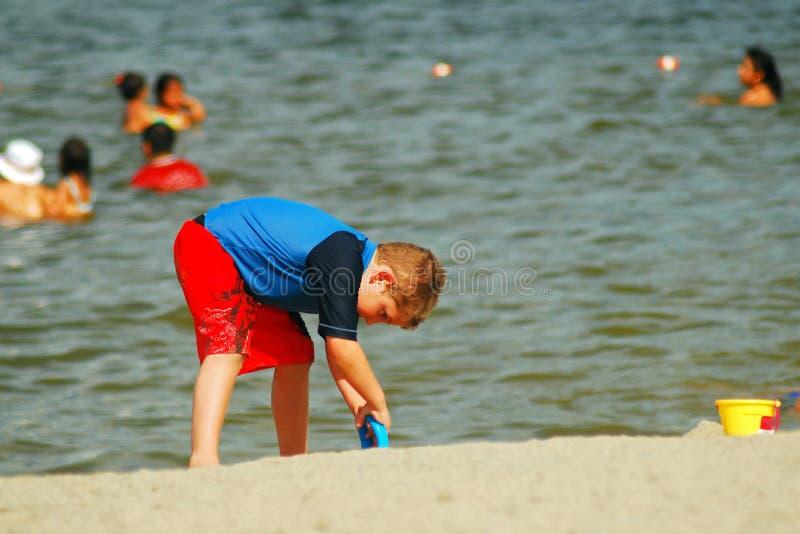 Chłopiec młodzi wykopaliska przy plażą zdjęcia royalty free