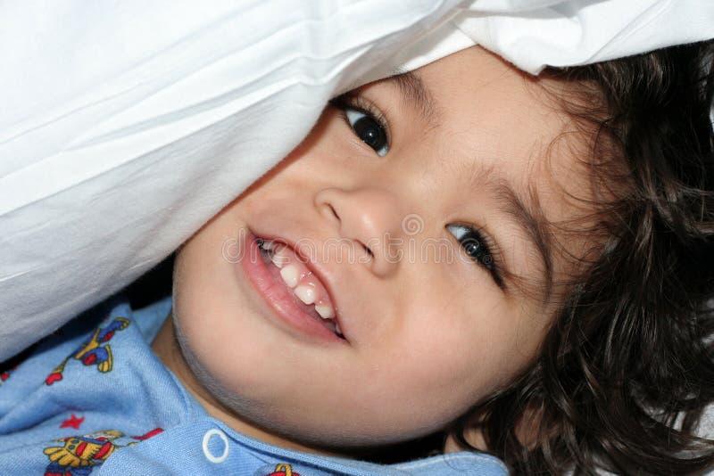 chłopiec mała zerkania poduszka obraz royalty free