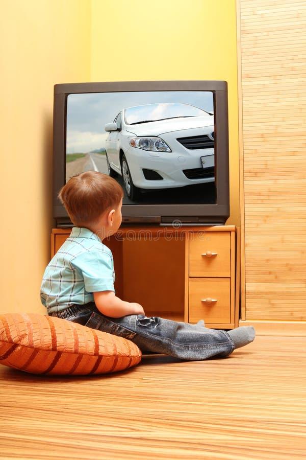 chłopiec mały tv dopatrywanie obrazy royalty free