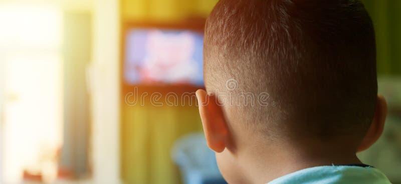 chłopiec mały tv dopatrywanie obraz royalty free