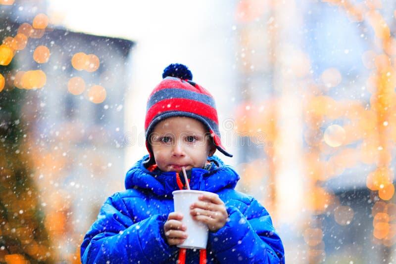 Chłopiec ma gorącego napój w zim bożych narodzeniach fotografia royalty free