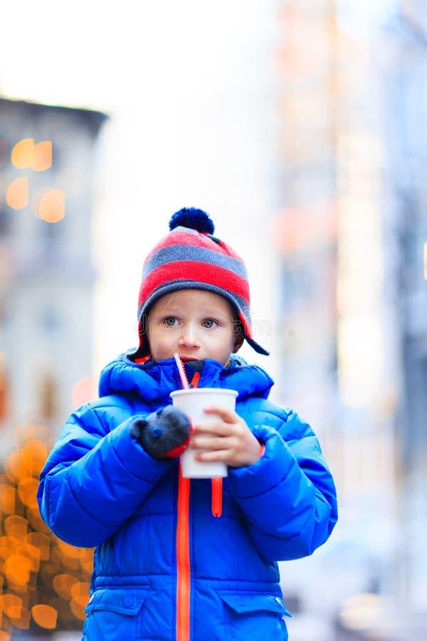 Chłopiec ma gorącego napój w zim bożych narodzeniach obrazy royalty free