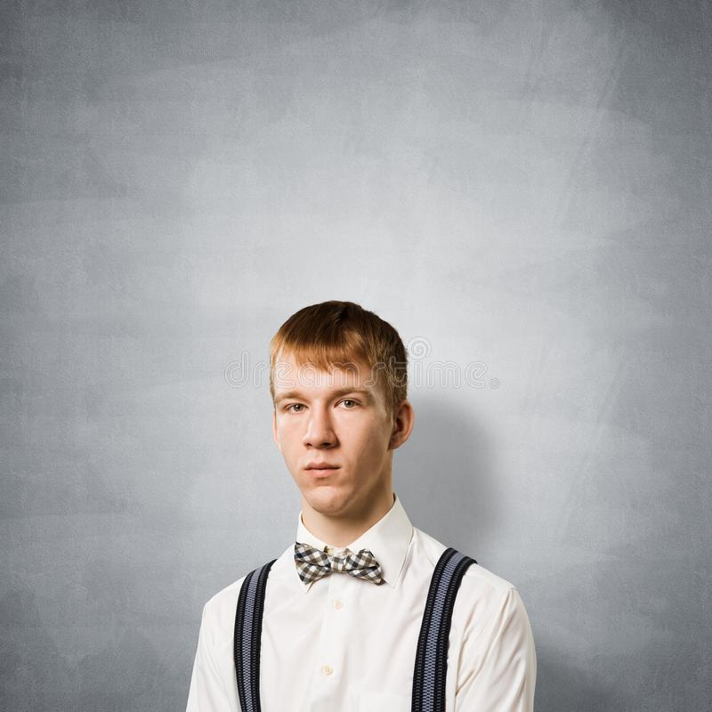 Chłopiec ma poważną i spokojną twarz fotografia stock