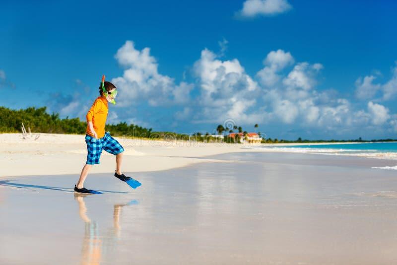 Chłopiec ma zabawę przy plażą obraz royalty free