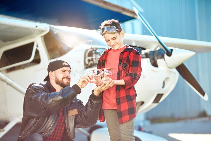 Chłopiec marzy być pilotem, przychodził wycieczka przy lotniskiem obraz royalty free