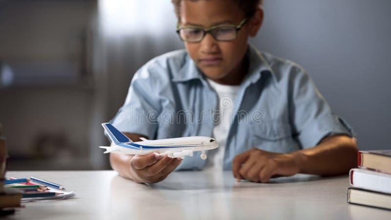 Chłopiec marzy zostać pilot nowożytna linia lotnicza i latanie faraway kraje zdjęcia stock