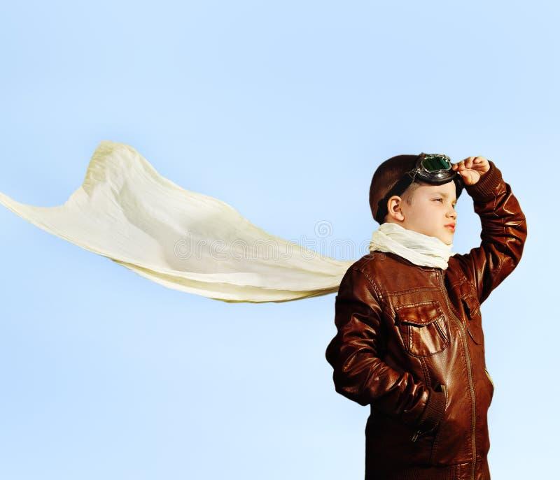 Chłopiec marzy zostać pilotem w retro stylu fotografia stock