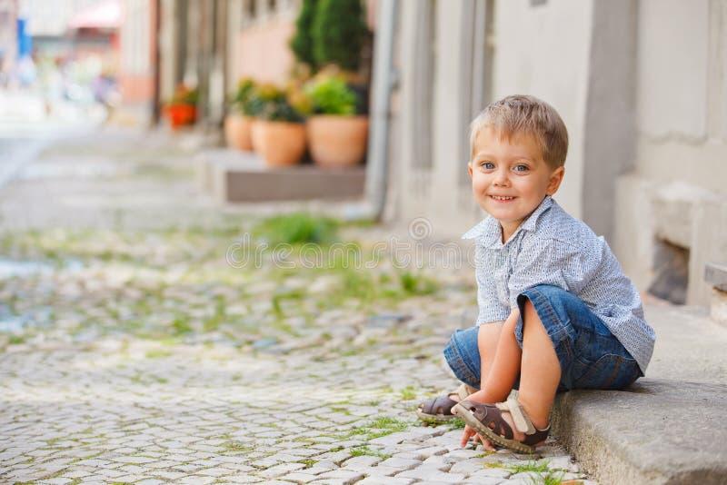 chłopiec miasta próg trochę siedzi ulicę fotografia royalty free