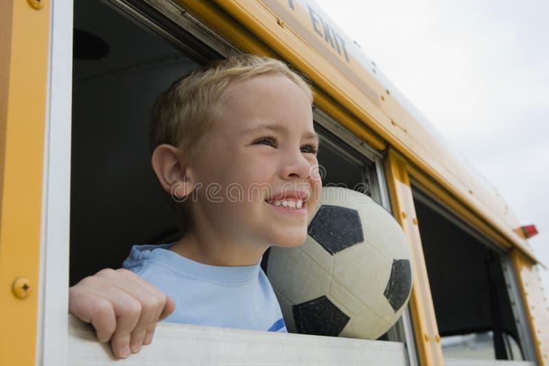 Chłopiec Na autobusie szkolnym obrazy stock