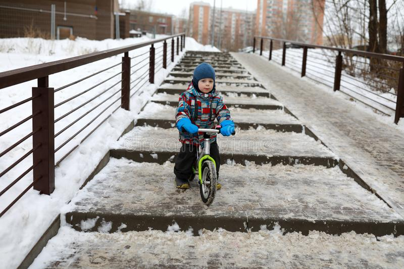 Chłopiec na balansowym rowerze w zimie fotografia stock