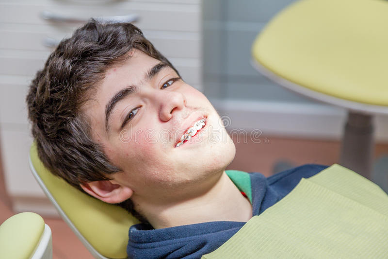 Chłopiec na dentysty krzesła seansu brasach fotografia royalty free