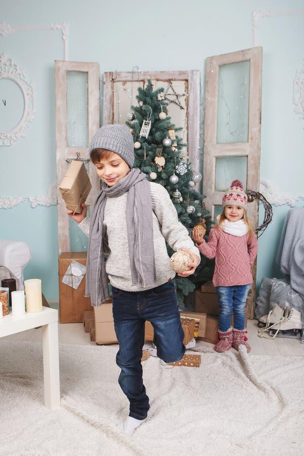 Chłopiec na jeden nowym roku i nodze fotografia stock