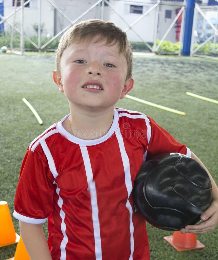 Chłopiec na młodości piłki nożnej drużynie obraz stock