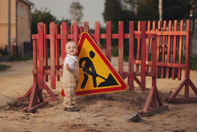 Chłopiec na naprawiającej drodze obrazy stock