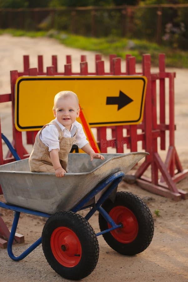Chłopiec na naprawiającej drodze obraz stock