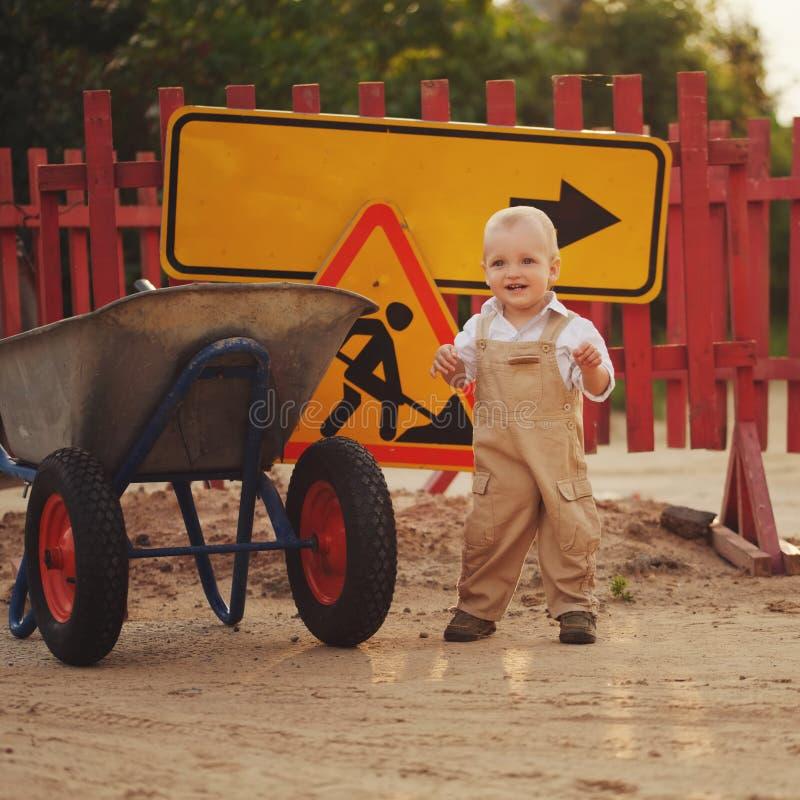 Chłopiec na naprawiającej drodze fotografia stock