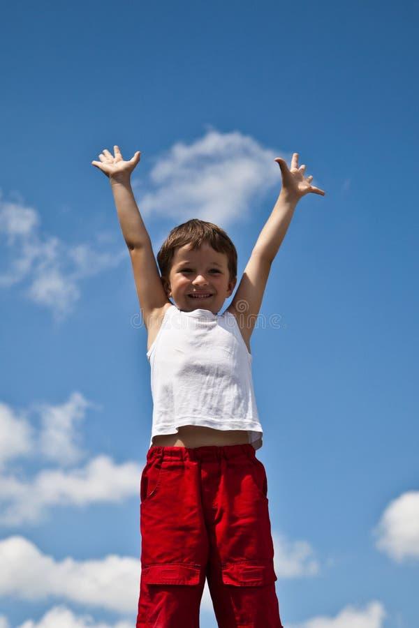 Chłopiec na nieba tle obraz stock