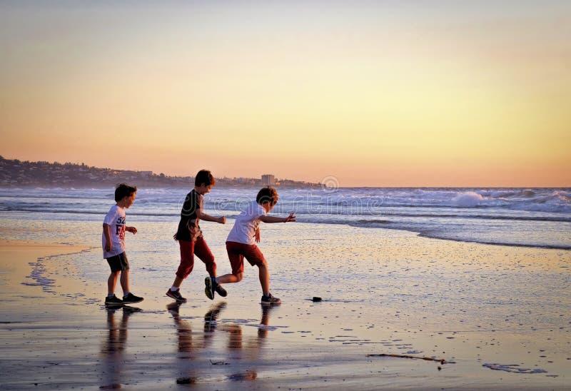 Chłopiec na plaży, zmierzch, Del Mącący Kalifornia obrazy royalty free