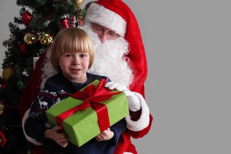 Chłopiec na Santa Claus kolanach obrazy stock