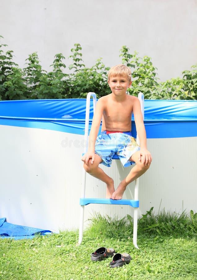 Chłopiec na schodkach gromadzić zdjęcia stock