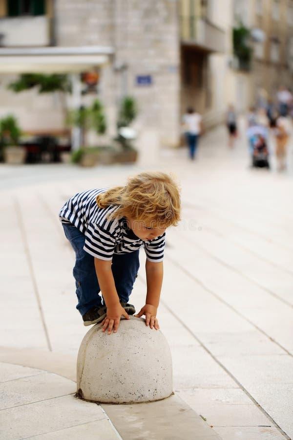 Chłopiec na semisphere cumownicie fotografia royalty free