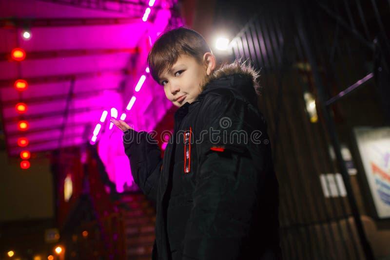 Chłopiec na ulicie w neonowym oświetleniu Miasto w neonowym świetle zdjęcia stock