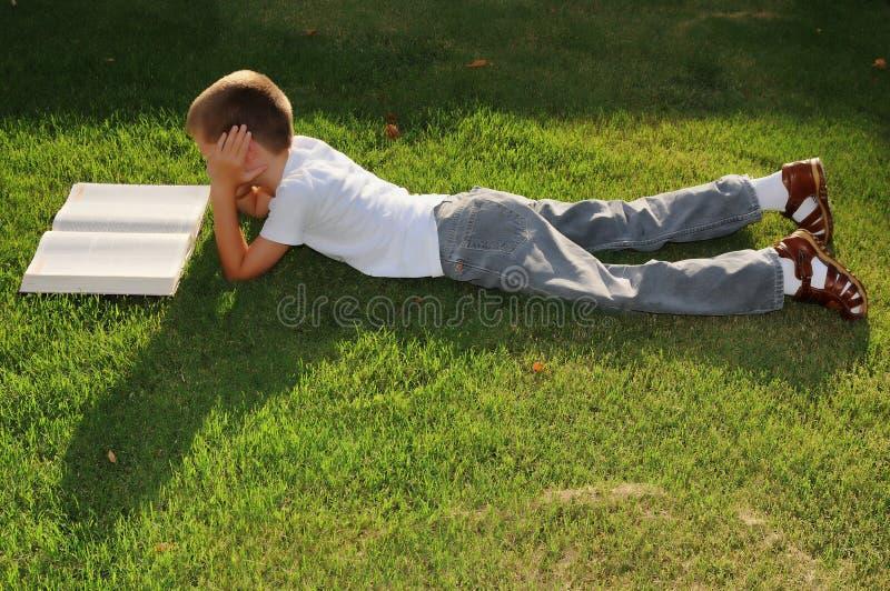 chłopiec na zewnątrz czytania obraz stock