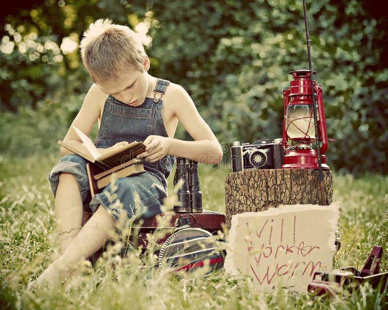 chłopiec na zewnątrz czytania zdjęcia royalty free