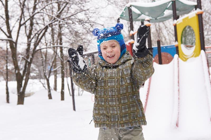 Chłopiec na zimy boisku fotografia stock