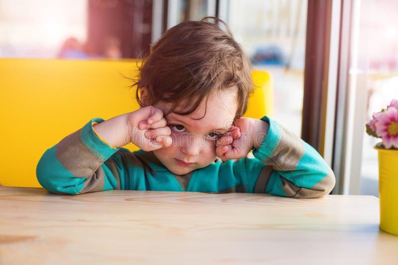 Chłopiec naciera jego oczy obraz royalty free