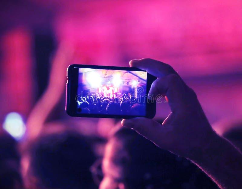 chłopiec nagrania żywy koncert z smartphone obraz stock