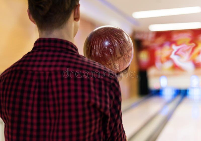 Chłopiec niesie kręgle piłkę zdjęcia stock