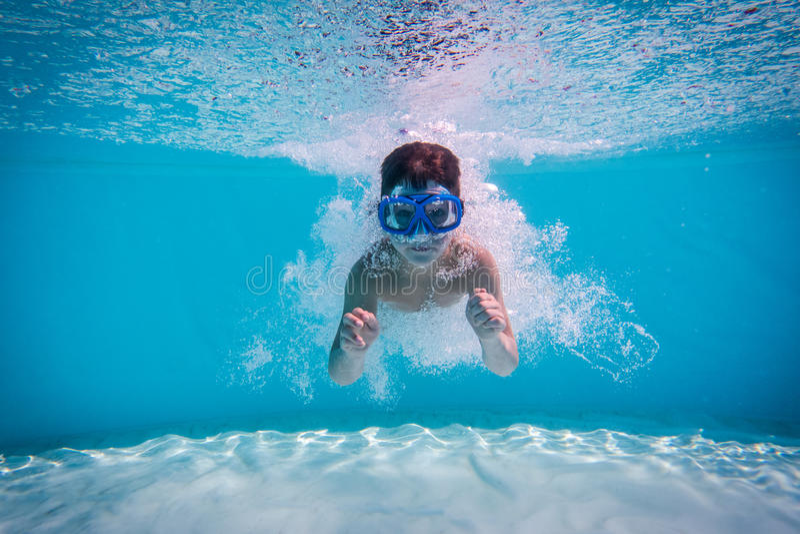 Chłopiec nur w pływackim basenie fotografia royalty free