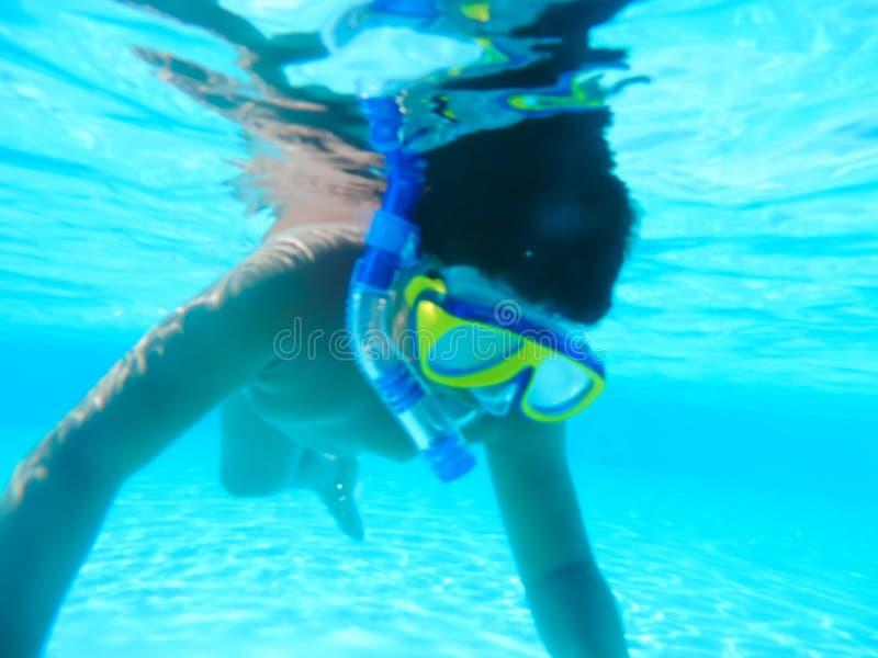 Chłopiec nurkować podwodny przy basenem zdjęcia stock