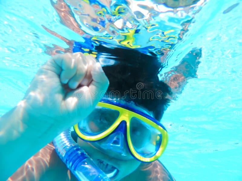 Chłopiec nurkować podwodny przy basenem obraz stock