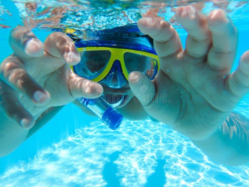Chłopiec nurkować podwodny przy basenem fotografia royalty free