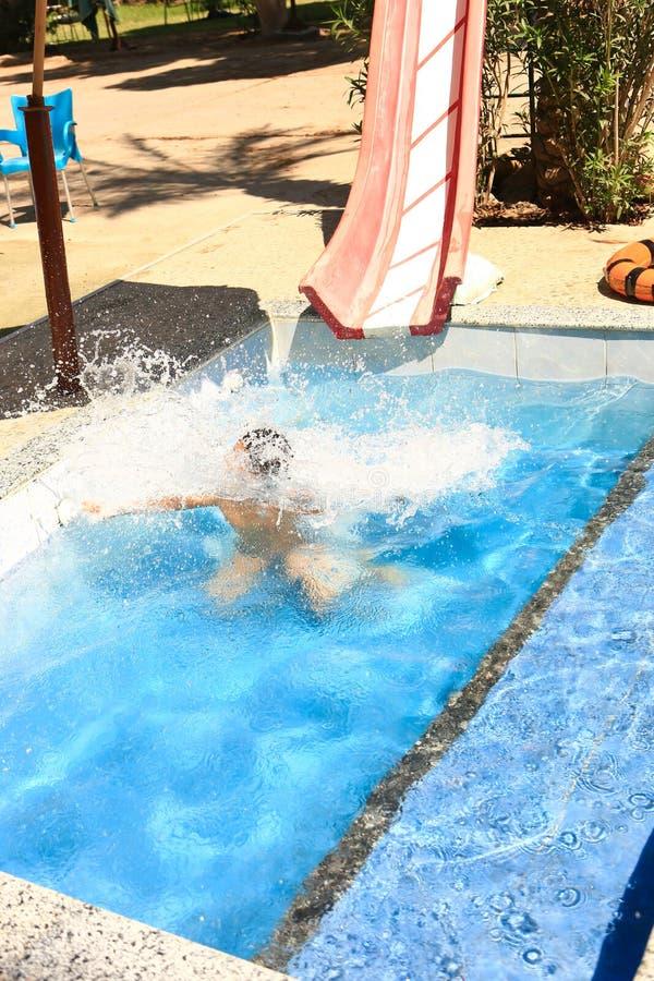 Chłopiec nurkować podwodny przy basenem obrazy stock