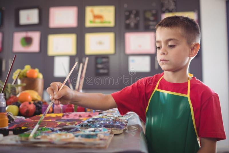 Chłopiec obraz przy biurkiem obrazy royalty free