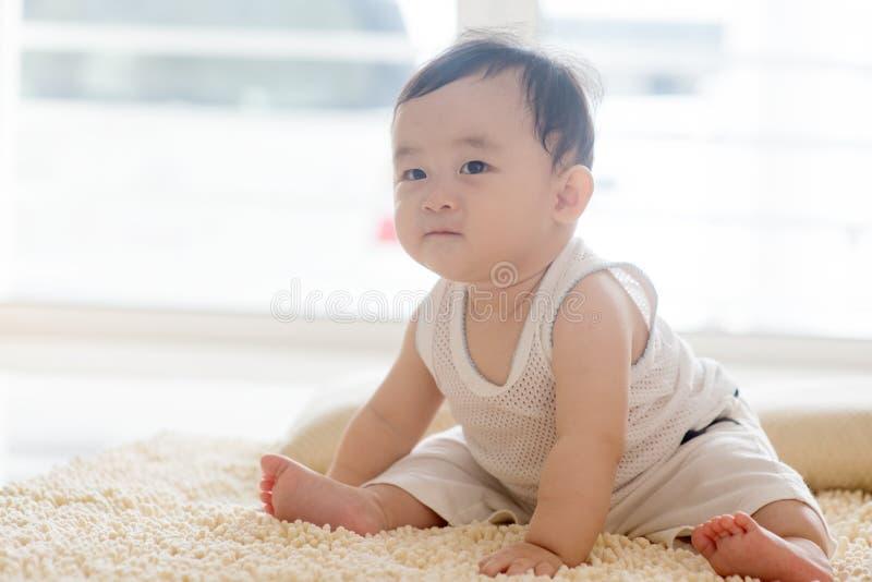 Chłopiec obsiadanie na dywanie fotografia stock